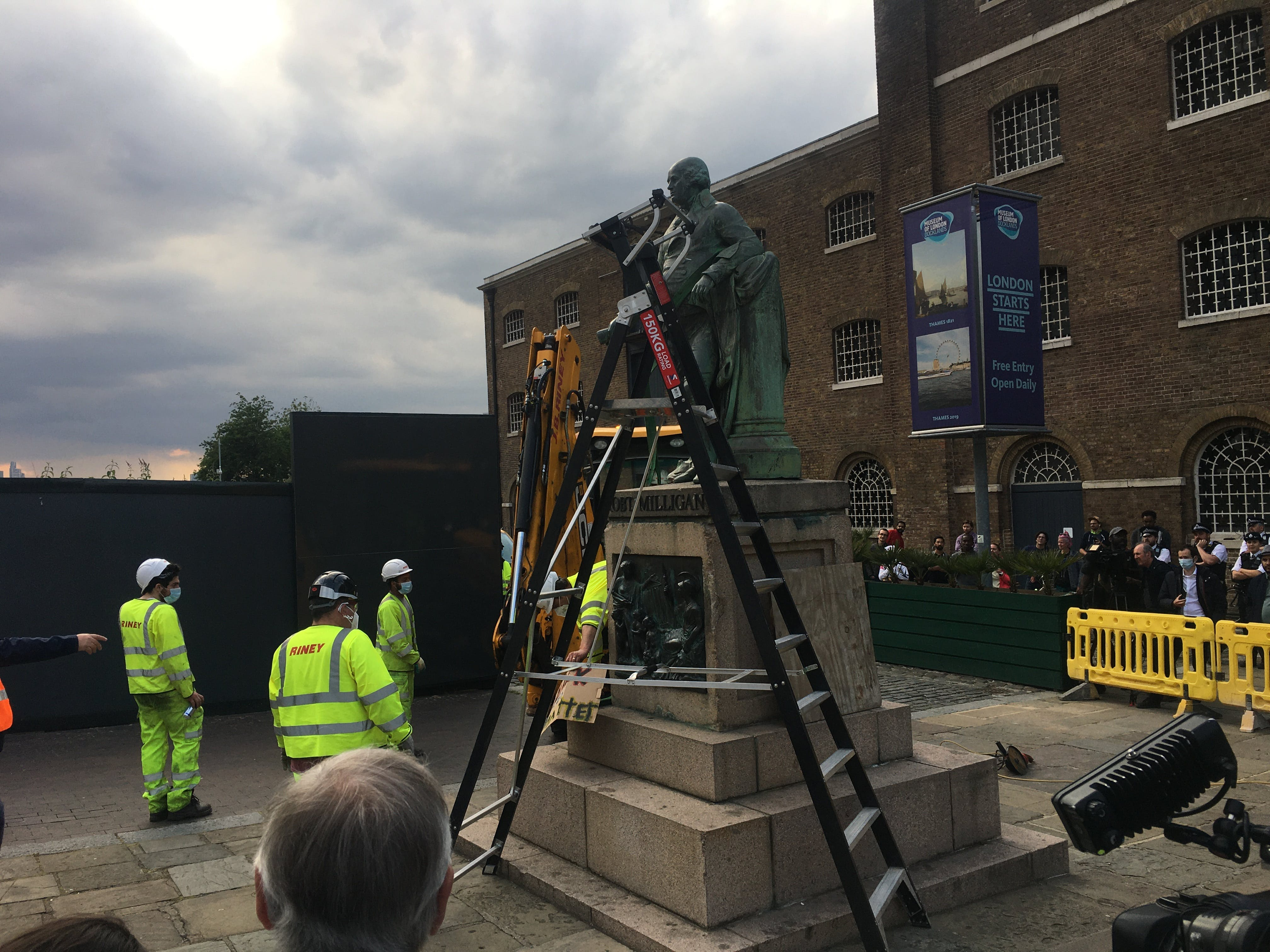 Robert Milligan statue being removed from West India Quay.jpeg